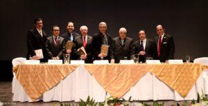 Fotografía oficial de las personalidades religiosas e historiadores presentes en el Foro, con su placa de reconocimiento.